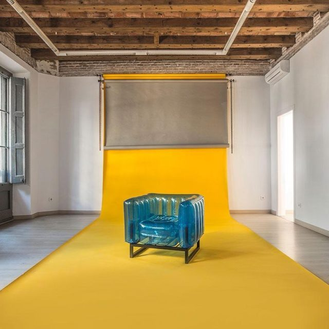 Nü Plato, nuestra nueva apuesta en Shoot Estudios, fresco, versátil y lleno de luz. Estamos emocionados de poder enseñaros uno de nuestros nuevos espacios en el que podéis crear. ✨Sí, los sofas son una de nuestras piezas más originales y tenemos ganas de ver como los añadís en vuestras creaciones. •  #interiordesign #homedecor #shooting #set #spaces #architecture #eventspace #barcelonainteriors #shootestudios