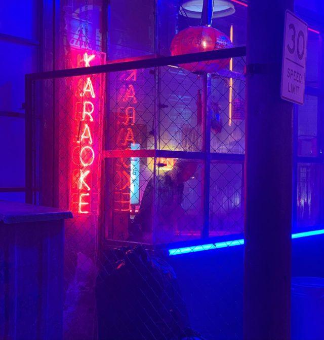 Nos encanta cuando venís y dejáis nuestros espacios irreconocibles para hacer realidad vuestras ideas.   El trabajo de Phoskitos nos ha dejado sin palabras.🤭  ¿Eres capaz de reconocer en qué espacio están rodando? 🤨👇🏽 • • •  #interiordesign #homedecor #shooting #set #spaces #architecture #eventspace #barcelonainteriors #shootestudios #phoskitos #phoskiters