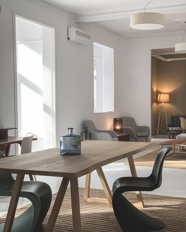 Nü Apartment, uno de nuestros más nuevos y renovados espacios. La luz natural que entra y lo envuelve lo hace un lugar único para poder crear cualquier idea que tengas en mente ...🎥 • •  #interiordesign #homedecor #shooting #set #spaces #architecture #eventspace #barcelonainteriors #shootestudios #phoskitos #phoskiters