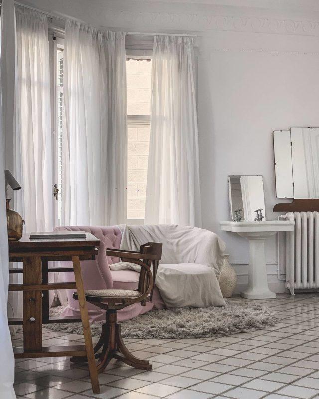 Qué importantes han sido los sofás últimamente en nuestras vidas... En @shootestudios son un detalle que no pasan desapercibidos, ¡mirad cómo queda en el espacio Principal A! • #sofá #estudiofotografico #inspiracion #espacios #shooting #barcelona #shootestudios