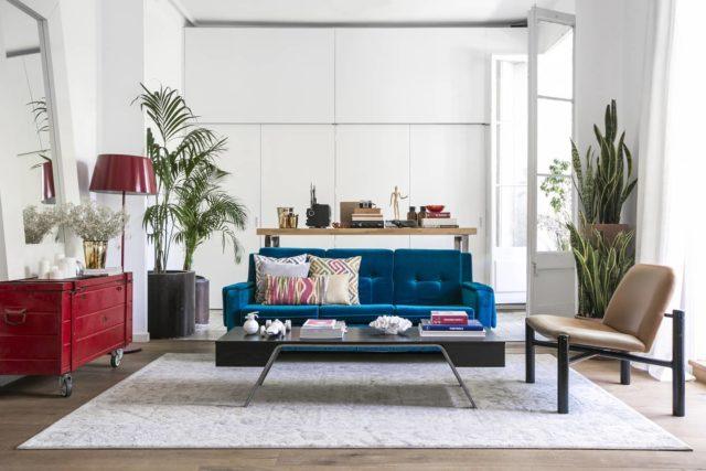 """The Apartment se ha """"vestido"""" de muchas maneras diferentes. Esta decoración combina minimalismo con destellos de color verde, rojo y azul. ¿Qué detalle os gusta más? 😜 • #apartamentos #estudiofotografico #inspiracion #decoracion #muebles #barcelona #shootestudios"""