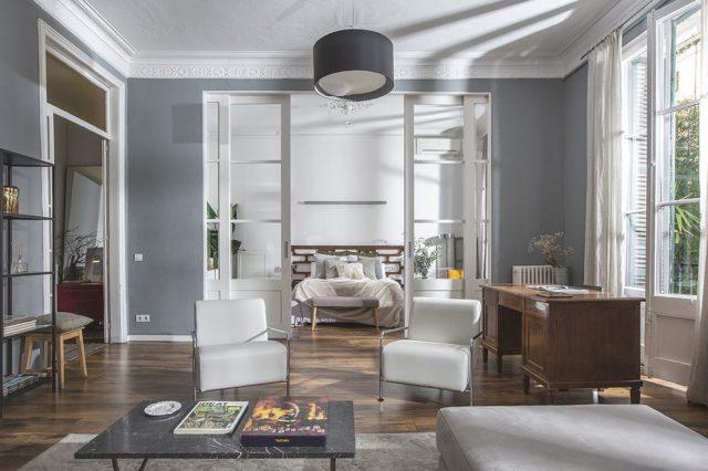 """Hoy queremos enseñaros uno de nuestros rincones favoritos en nuestro espacio """"THE APARTMENT"""" y es """"THE ROOM"""" (nos gusta la sencillez en los nombres 😉) Le da el toque de...HOGAR al espacio, ¿qué os parece? ¿Qué tomas grabaríais con la magnífica luz que entra? • #espacios #diseñodeinteriores #interiores #espacios #loft #pisos #estudio #fotografia #shootestudios"""