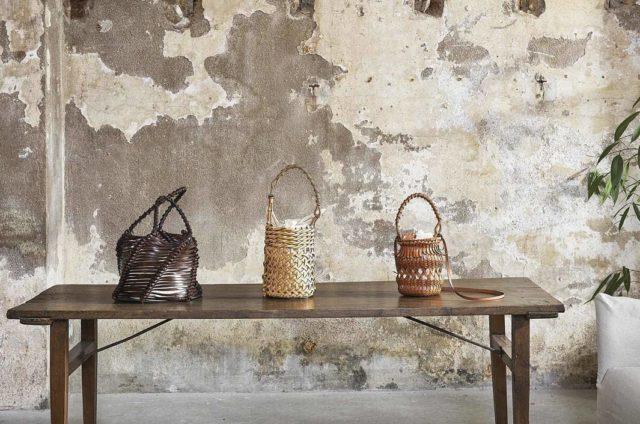 El minimalismo y lujo de la marca @loewe combina a la perfección con el toque industrial de nuestro Brooklyn Basement.  • #paredesdecoradas #bolsos #fotografia #industrialdesign #diseñointerior #espaciofotografico #videoproduccion #platodecorativo #shootestudios