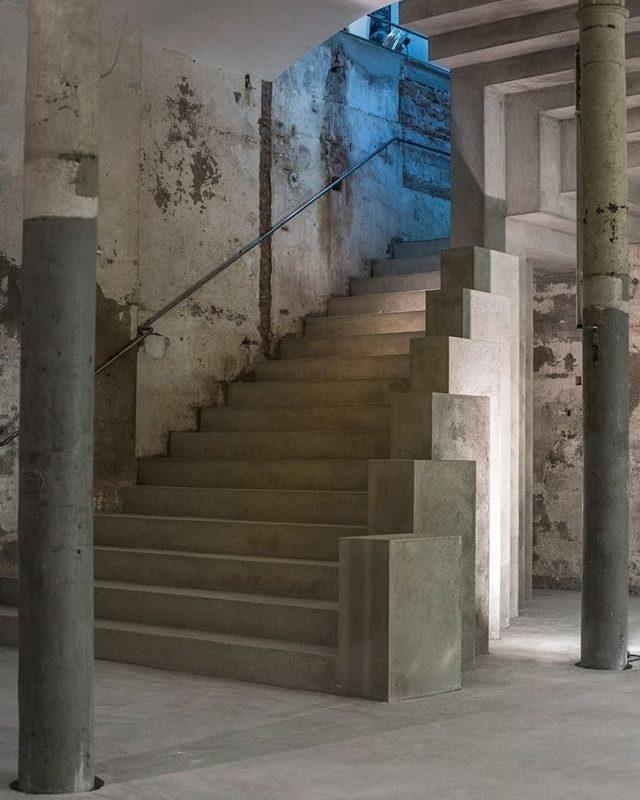 """Nuestras paredes, columnas y escaleras, han visto pasar a cientos de artistas, modelos, marcas... Todos ellos ya forman parte de nuestra historia y todavía nos falta mucha más historia por escribir.  • """"Si las paredes hablaran..."""" 😜 • #fotografia #camara #grabacion #plató #espaciosunicos #paredes #marcas #modelo #shootestudios"""