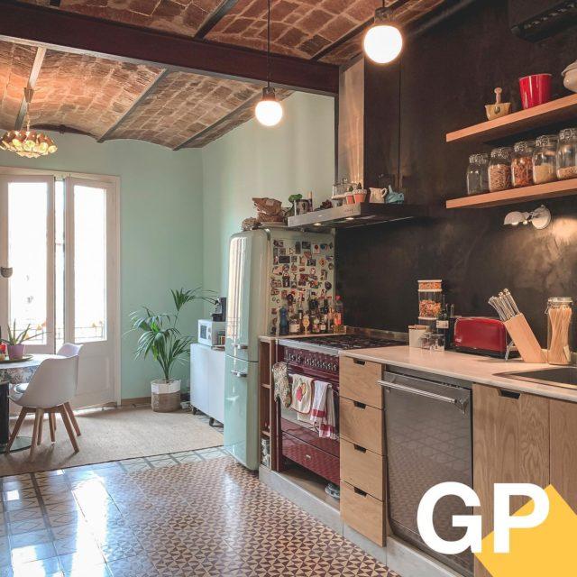 Cocina tus recetas ideales en un entorno real y creíble, porque en The Green Penthouse… ¡Sí se puede cocinar! 🍳Enmarca tu producto en una cocina totalmente equipada. . . #thegreenpenthouse #shooting #set #interiorismo #barcelona #shootestudios #production #location #bcnlocations #openspaces #barcelonaestudios  #newdecor #decoration #set #productionset #rodaje #fotografia #eixample #cocina #cocinaabierta
