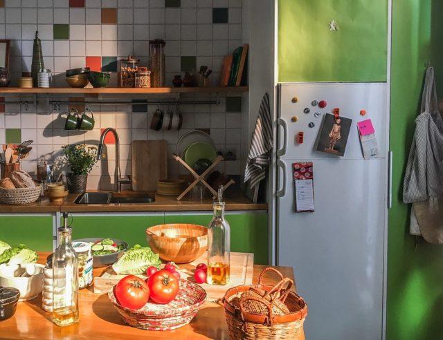 La cocina de The Apartment se adapta perfectamente a tus necesidades, es tan flexible que puede llegar a parecer una cocina completamente diferente. Fíjate en la foto anterior, ¿dirías que es el mismo espacio? 😉  #feelshoot #theapartment #shootestudios #shooting #barcelonaestudios #decoration #productionset #set #location #fotografia #eixample #photographicstudio #picoftheday #cocina #cocinasmodernas #cocinadeanuncio #setkitchen #kitchenset #cocinasconcolor #cocinasdeanuncio #colorfulkitchen