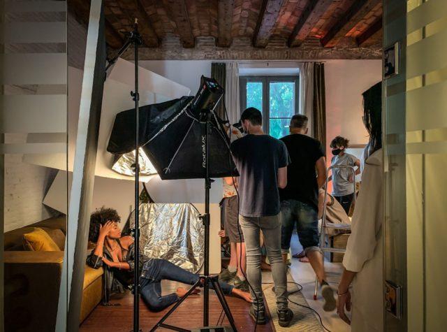 ¡Shoot alto! Necesitamos vuestra oficina. Y así es como el equipo deja espacio para que las cámaras, iluminación, y modelos entren a la oficina del Nü apartment para continuar su sesión.  #feelshoot #nuapartment #shootestudios #bcnlocations #barcelona #decoration #rodaje #photography #set #fotografo #iluminacion #sesiondefotos #sesion #women