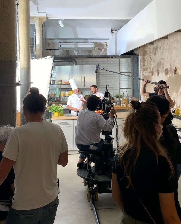 @karlos_arguinano junto a su hijo @josebaarguinano han visitado Brooklyn para rodar el nuevo anuncio de Avecrem. Y es que, ¿quién no reconoce la cara del cocinero con su xup xup xup? 🍳  #feelshoot #downtownbrooklyn #shootestudios #bcnlocations #barcelonaestudios #decoration #set #productionset #rodaje #eixample #cocina #cocinero #arguiñano #camara #iluminacion #sonido